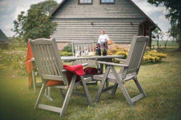 Dārza mēbeles pie mājas